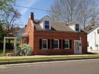 Grapevine Guest House & Cottage - Downtown Locale, Hermann
