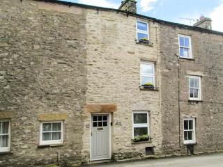 BACK COTTAGE, pet-friendly cottage with woodburner, close to amenities, Lakes and Dales, in Kirkby Lonsdale, Ref 30834