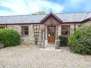 KINGFISHER COTTAGE, stone holiday cottage, shared pool, off road parking, in Llanboidy, Ref 924587