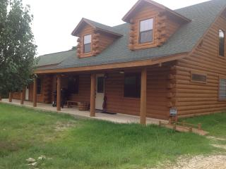 Log cabin,  4Br, 4 baths, private, near lake/river, Canyon Lake