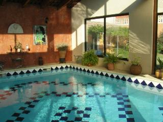 BUNGALOW L'OLIVIER - PISCINE COUVERTE & CHAUFFEE, Arles