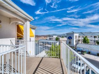 Las Palmas beautiful end unit with private balcony, St. George
