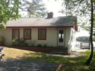 Cozy Lake Front Cottage with Dock, Plymouth