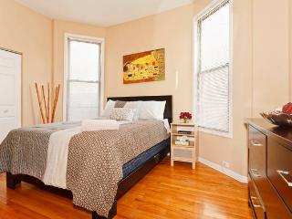 6 bed Wrigleyville Flat Sleeps 18!, Chicago