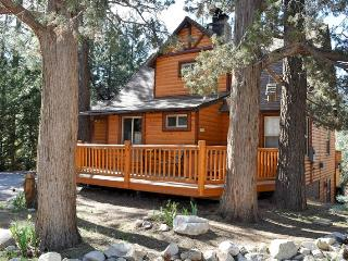 Bear Hug Hideaway! Spa! Wifi! Mtn Views! Foosball!, Big Bear Lake