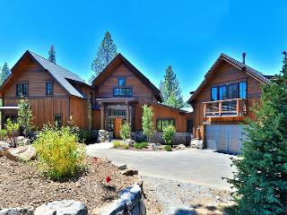 4BR, 4.5BA Luxury Golf Course Home in Truckee with Private Hot Tub