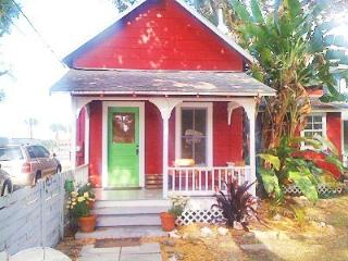 Beautiful 1905 Cottage- Walk to Dining, Shopping, New Smyrna Beach