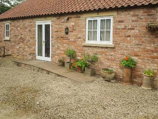 STABLE COTTAGE, pet-friendly, single-storey cottage, underfloor heating, close walking, in Hovingham Ref 21723