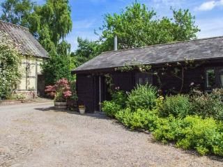 THE STABLES, ground floor cottage, romantic, WiFi, woodburner, private heated swimming pool, near Pembridge, Ref 922612