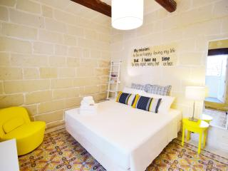 BeHappy stylish duplex flat 2Bedrooms, Sliema