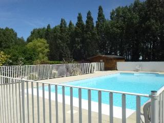 La Villa with garden, patio and shared heated pool, Dinard