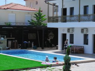 Apartments with pool, Fourka