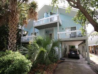 Pelican Perch - Open and spacious 4 bedroom unit one block for the beach., Kure Beach