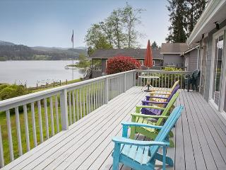 Cozy Lakefront Cottage, beautifully furnished with amazing lake views, Lincoln City
