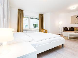 97 Modern Center apartment for 4 in Cologne Deutz, Colonia