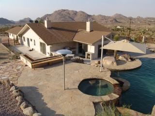 Modern Home w Pool, Jacuzzi, outside BBQ & firepit, Joshua Tree