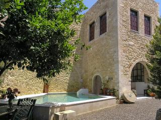 Mountainside Monument, Sleeps 10, Maroulas