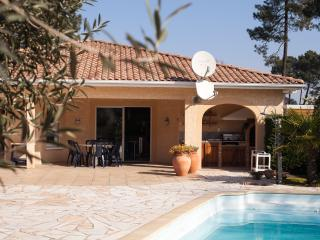 Lovely villa with a pool, Gujan-Mestras