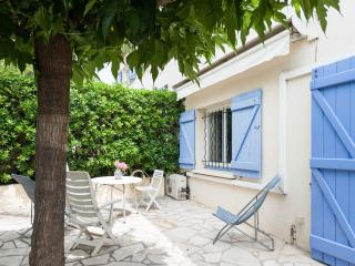2 apartments, Sleeps 10,  WiFi, AC, 2 Parking, Cannes