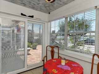 AMICoastal Rentals Cracker Cottages - Fish Tales, Bradenton Beach