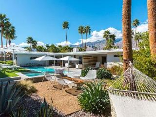 Mid-Century style Villa The Baker has Pool, Hot Tub & Private Outdoor Space, Palm Springs