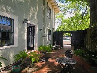 Gorgeous Home with free Wifi and Courtyard just 3 blocks of Forsyth Park, Savannah