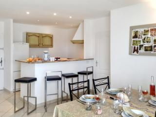 Near Montpellier, apartment in Le Crès w/ air con & WiFi – minutes to beach, shops, Le Cres