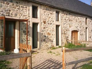 Stone house with BBQ, mountain views, Marchastel