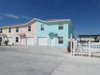4 bedroom 3 baths, community pool and just a short walk to the beach!, Port Aransas