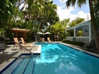 Papa's Hideaway Guesthouse - Relaxing & Secluded Group Rental. Heated Pool, Key West