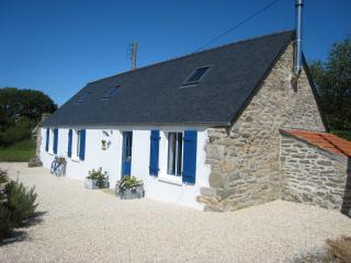 Tranquil stone gite 5 mins from the sea, Plourin