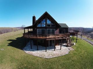 Stunning 4 Bedroom log chalet with spectacular mountain views!, McHenry
