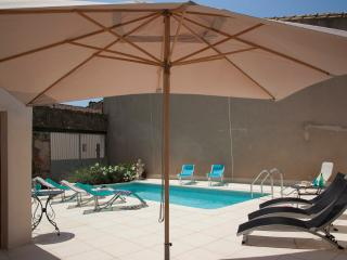 La Couronne - 5 bedroom house with heated pool, Pouzolles
