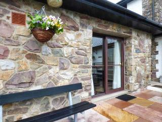 BRECON COTTAGES - CLWYD (NO. 4), family-friendly, exciting on-site attractions, open plan living, WiFi, near Pen-y-Cae, Ref. 925410, Pen-y-cae