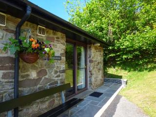 BRECON COTTAGES - DENBIGHSHIRE (NO. 5), elevated views, ground floor, sauna, Jacuzzi bath, on-site pool, games, showcaves, near Pen-y-Cae, Ref. 925412, Pen-y-cae