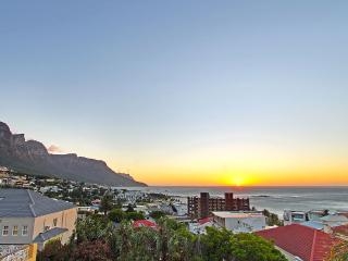 Strathmore sea view apartment , 5 walk to beach, Camps Bay