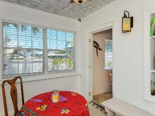 AMICoastal Rentals Cracker Cottages - Sea Stories, Bradenton Beach