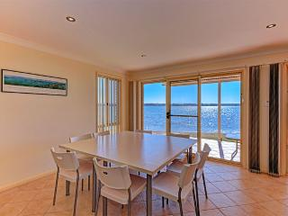 Luxury Waterfront House, Mannering Park