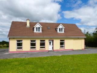 ABHAILE, pet-friendly cottage with en-suite facilities, open fire and stove, open plan living, near Inagh, Ref. 925971