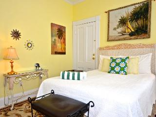 Beautiful & Historic Curry House - Room 3 - Heated Pool - Breakfast Included, Key West