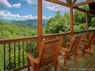 Enjoy Mountain Views from you Luxury Cabin with Private Home Theater Room