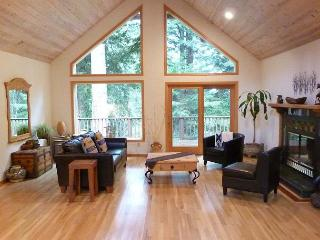 Wild Horses Home of Arcata - Beautiful with vaulted ceilings & large deck