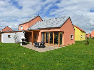 Stylish house in Southern Bohemia, with garden - near excellent fishing & golf, Novosedly nad Nezarkou