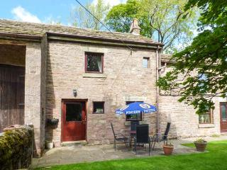 THE STABLE, semi-detached, open fire, WiFi, off road parking, garden, in Combs, Ref 917909