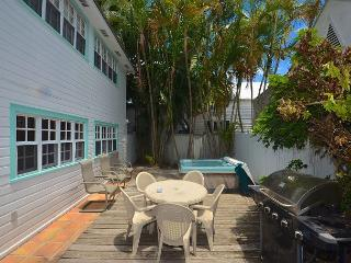'DUVAL ST. RETREAT' Great For Large Groups! Pvt Hot Tub & 2 Pvt Parking Spots, Key West
