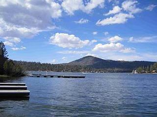 PRIAVATE BOAT DOCK!   LAKEFRONT with WATER!!    HOT TUB,  FIREPLACE! VIEWS!, Big Bear Region