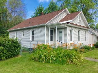 South Zoo is a family and dog friendly property at 660 Kalamazoo. 4 Blocks to Beach. Weekly Stays begin on Fridays., South Haven