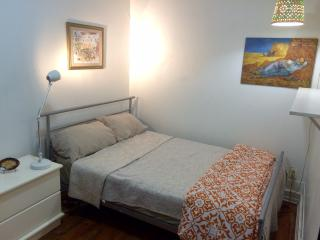Sweet and cozy room nightly rent, parking included, Montreal