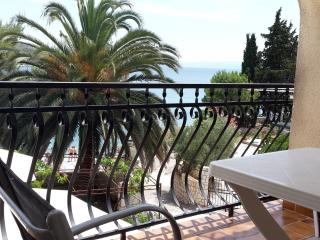 Room in a house with terrace,20m from beach - No.3, Okrug Gornji