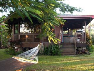 Beach Cottage with Privacy, Hot Tub, Kayak, Wi-Fi., Kilauea